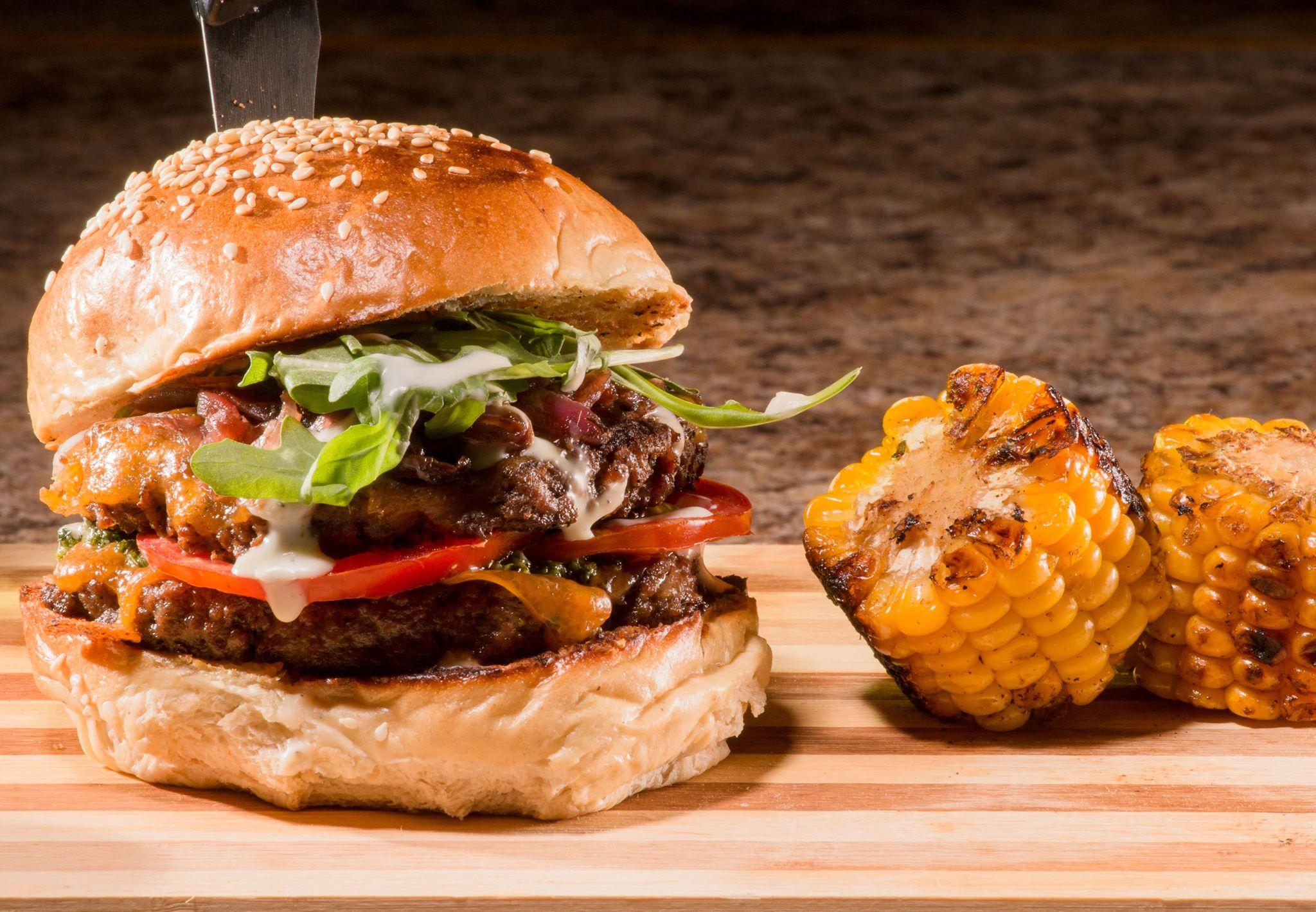 """Le """"Thug burger"""", proposé par Siwèl, un  des  restaurants figurés dans le line-up de l'édition 2019 du festival./Photo: Fournie par Carla Beauvais."""