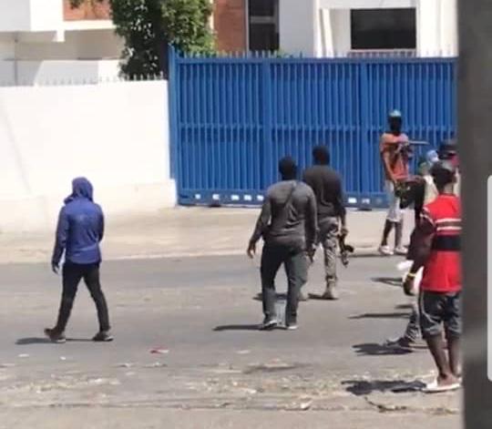 Capture d'écran pris à partir de la vidéo montrant des hommes armés sur l'autoroute de Delmas, à Delmas 16.