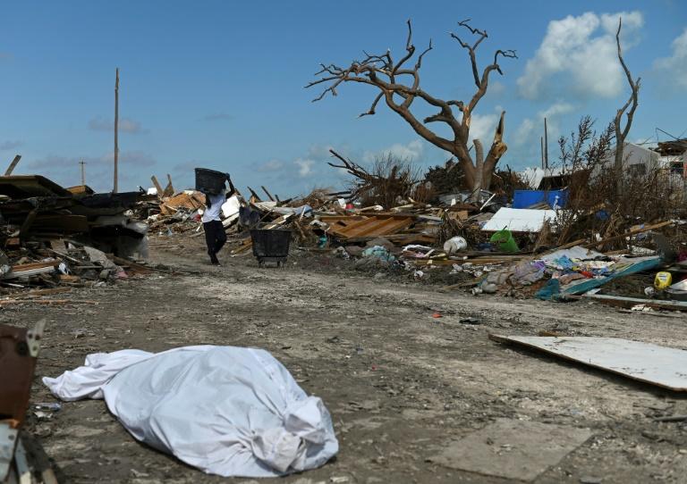 Un habitant de Marsh Harbour, aux Bahamas, récupère des débris après le passage de l'ouragan Dorian, le 10 septembre 2019