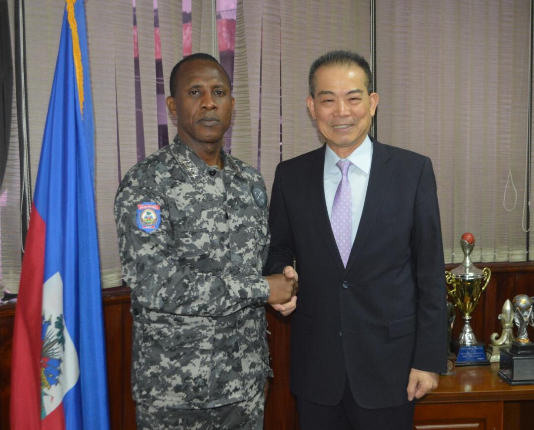 Le nouveau DG de la PNH, Normil Rameau (à droite) et l'ambassadeur de Taiwan en Haïti, M. Bang-Zyh Liu./Photo: PNH.