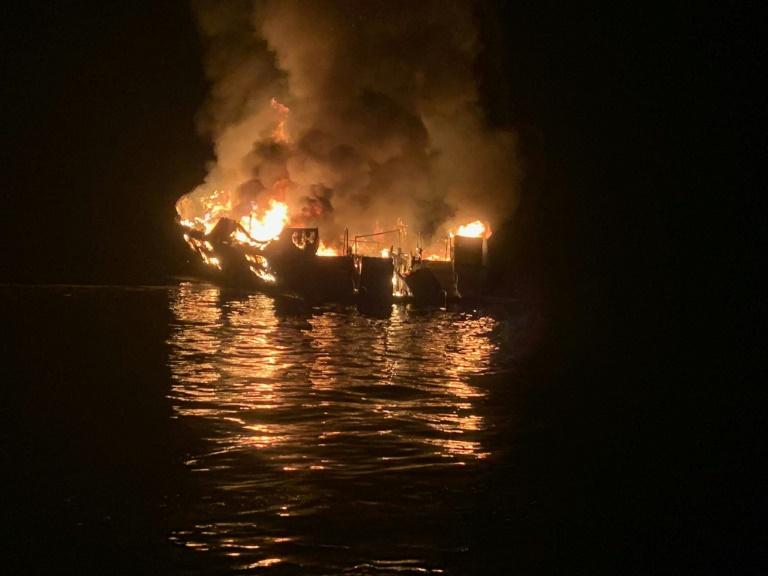 Photo fournie par les pompiers du comté de Santa Barbara montrant un bateau de tourisme en flammes près des côtes de l'île de Santa Cruz, le 2 septembre 2019 en Californie