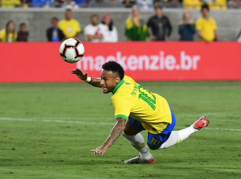 Le Péruvien Luis Abram (c) buteur lors du match amical face au Brésil, à Los Angeles, le 10 septembre 2019