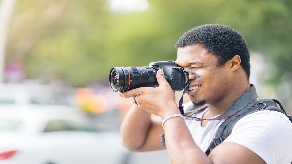 A photographer taking photos with a dslr camera. (Photo: Stock)
