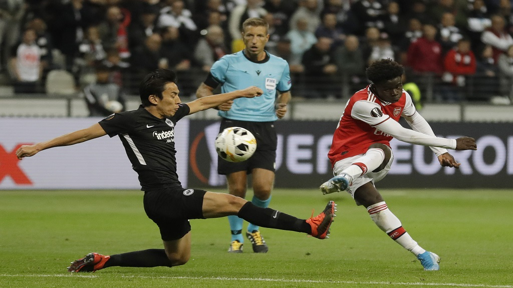 Arsenal's Bukayo Saka, right, scores his side's second goal during the Europa League Group F football match against Eintracht Frankfurt in the Commerzbank Arena in Frankfurt, Germany, Thursday, Sept. 19, 2019. (AP Photo/Michael Probst).