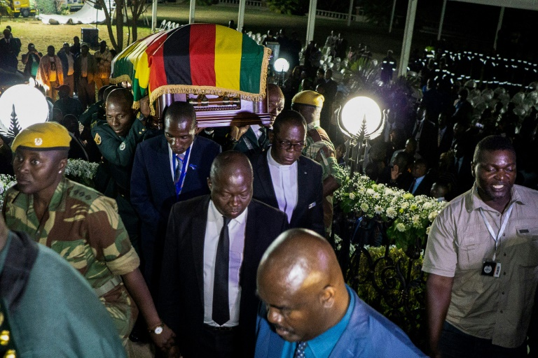 """La dépouille de l'ex-président zimbabwéen Robert Mugabe exposée dans sa luxueuse résidence de la capitale Harare, le fameux """"Toit bleu"""", le 11 septembre 2019"""