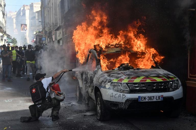 """Une voiture de la police municipale incendiée lors de la manifestation des """"gilets jaunes"""" à Montpellier le 7 septembre 2019"""