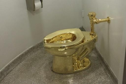 """America"""", le WC en or massif de l'artiste italien Maurizio Cattelan au musée Guggenheim de New York, le 15 septembre 2016 afp.com - William EDWARDS"""
