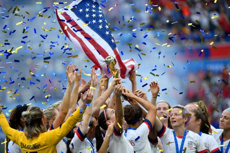 Les Américaines avec leur trophée de championnes du monde après leur finale face aux Néerlandaises, à Lyon, le 7 juillet 2019