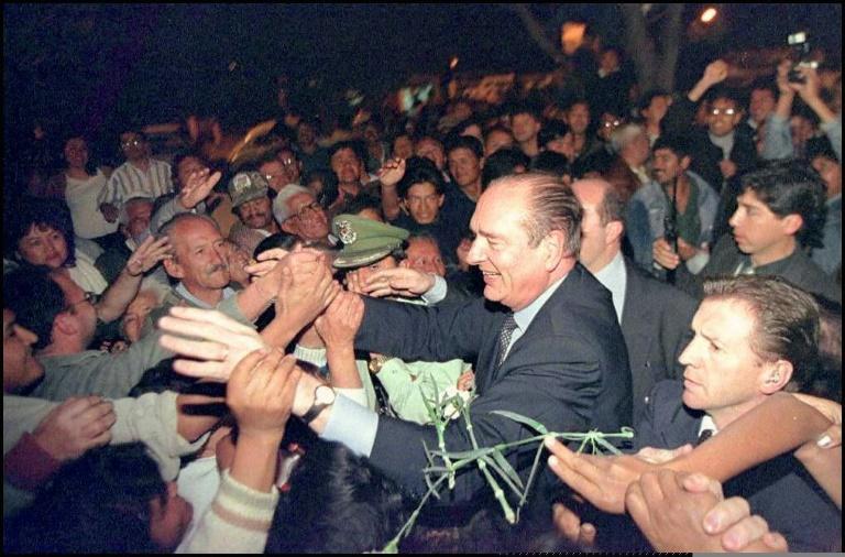 Le président français Jacques Chirac, accueilli très chaleureusement à La Paz en Bolivie, le 14 mars 1997