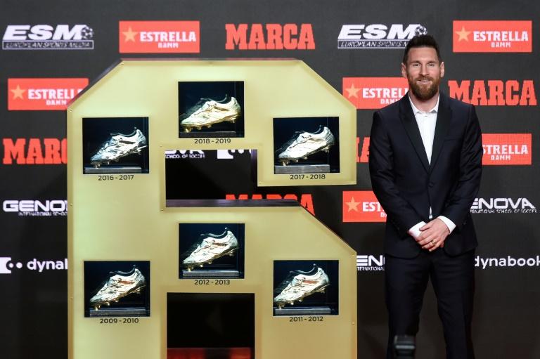 Le capitaine du Barça Lionel Messi pose avec ses six souliers d'or européens, le 16 octobre 2019 à Barcelone