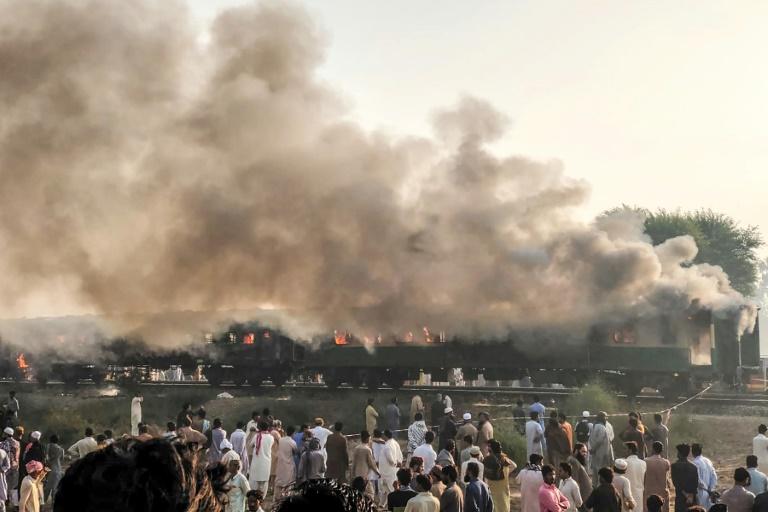 Un incendie s'est déclaré dans un train de passagers à Rahim Yar Khan au Pakistan le 31 octobre 2019 (photo transmise par le service d'urgences du Penjab)