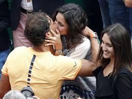 Le tennisman espagnol Rafael Nadal embrasse sa compagne Xisca Perello après sa victoire au tournoi de Monte-Carlo le 17 avril 2016, à Monaco afp.com - VALERY HACHE