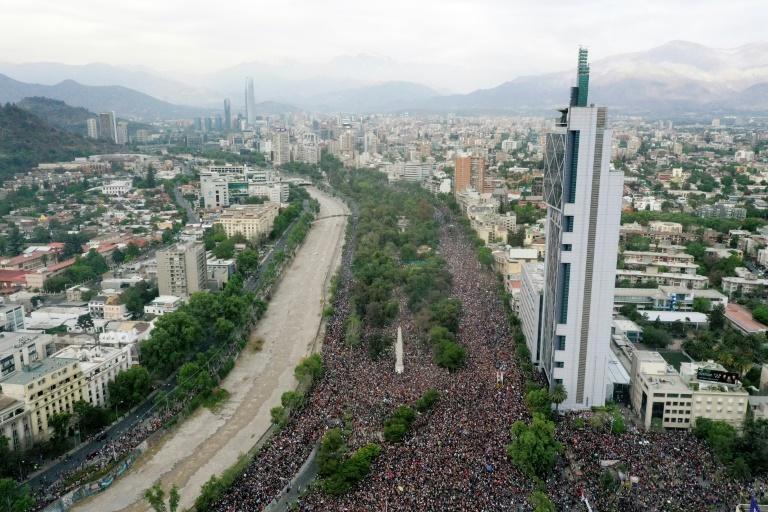 Vue aérienne de centaines de milliers de personnes manifestant à Santiago le 25 octobre 2019