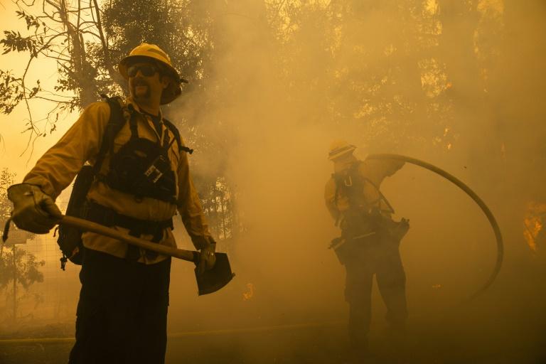"""Des pompiers combattent le """"Kincade Fire"""" à Healdsburg, le 27 octobre 2019 en Californie"""