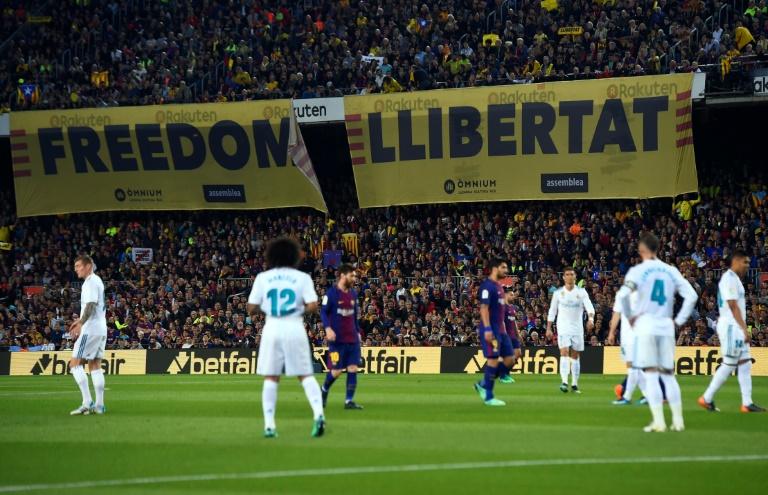 Le 6 mai 2018 au Camp Nou à Barcelone, lors d'une rencontre entre le Barça et le Real Madrid des banderoles pour l'indépendance de la Catalogne s'affichent dans les gradins.