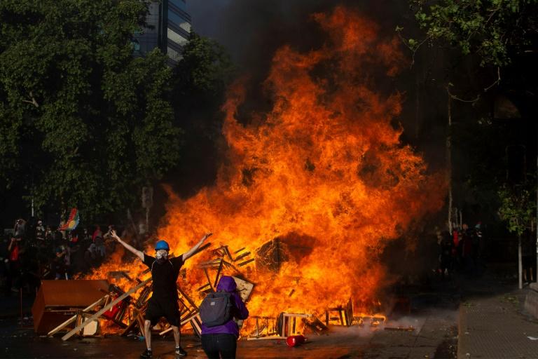Heurts entre policiers et manifestants près du palais présidentiel de La Moneda à Santiago au Chili le 28 octobre 2018