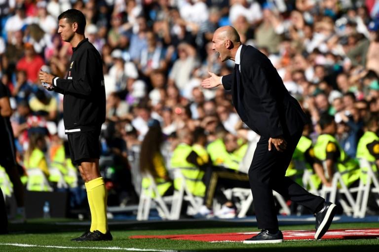 L'entraîneur du Real Madrid, le Français Zinédine Zidane, lors du match de Liga face à Grenade, à Santiago Bernabeu, le 5 octobre 2019