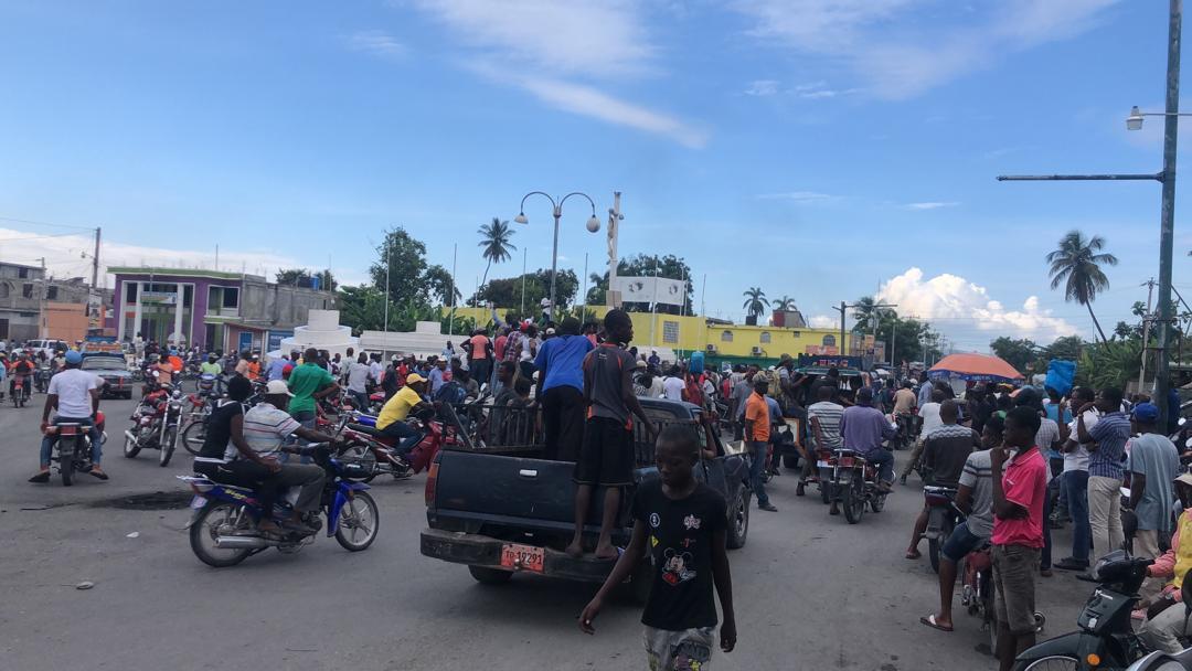 """Des manifestants, adhérés au mouvement """"lock"""" de l'opposition, ont aussi participé à la marche pacifique organisée ce mercredi par des protestants dans la ville des Cayes, au sud du pays."""