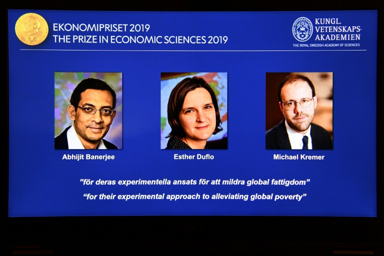 Capture d'écran montrant les trois lauréats du Nobel d'économie 2019, Esther Duflo, Abhijit Banerjee et Michael Kremer, à Stockholm (Suède) le 14 octobre 2019.