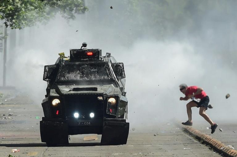 Heurts entre manifestants et policiers anti-émeutes à Santiago, le 21 octobre 2019