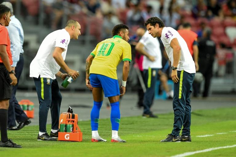 Neymar blessé à la cuisse gauche avec le Brésil lors du match amical contre le Nigeria disputé à Singapour, le 13 octobre 2019