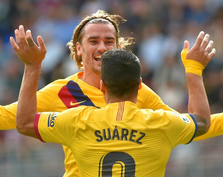 L'attaquant Antoine Griezmann buteur pour le Barça sur le terrain de Eibar, félicité par Luis Suarez, le 19 octobre 2019