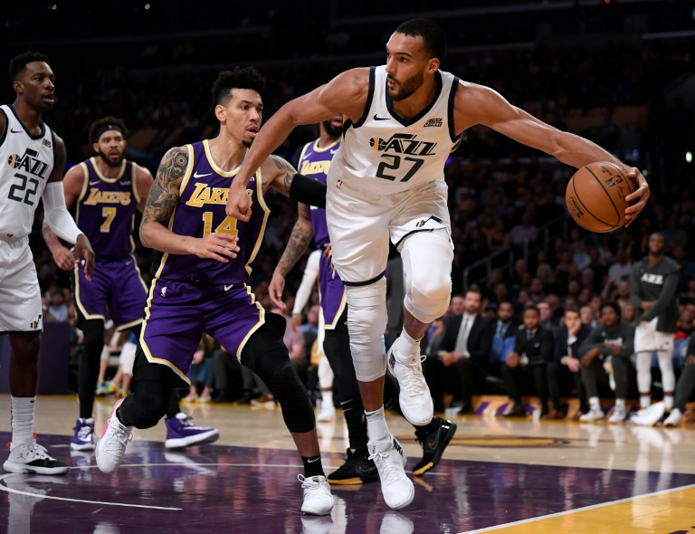 Le Français des Utah Jazz, Rudy Gobert (d), face aux Los Angeles Lakers, en NBA, au Staples Center, le 25 octobre 2019