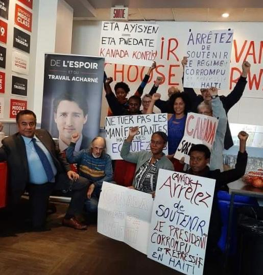 Le bureau électoral de Justin Trudeau occupé par des manifestants haïtiens, exigeant que le Canada retire son soutien à Haiti./Photo: Solidarité Québec-Haiti.