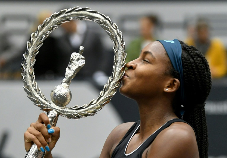 La jeune américaine Cori Gauff, 15 ans, embrasse le trophée après avoir remporté le tournoi WTA de Linz en Autriche, au détriment de la Lettone Jelena Ostapenko, le 13 octobre 2019