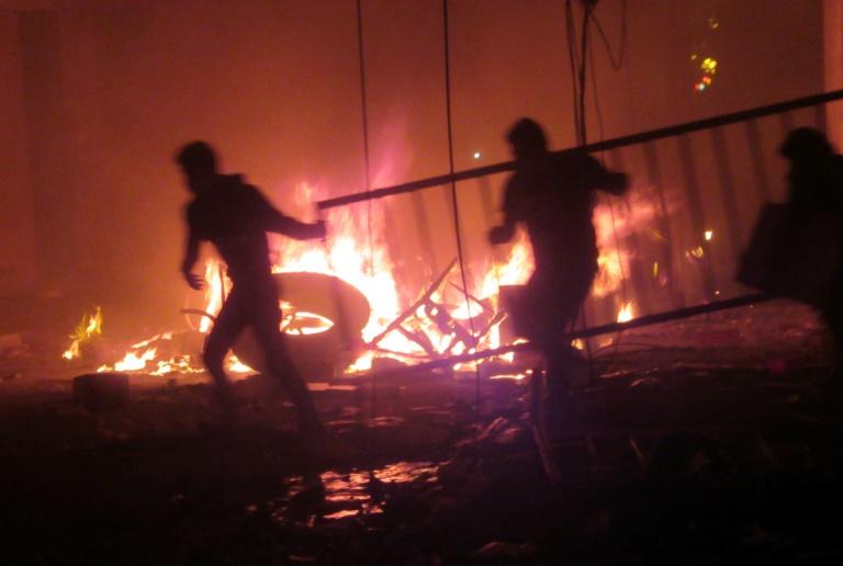 Des manifestants mettent le feu à une permanence électorale à Sucre, le 21 octobre 2019