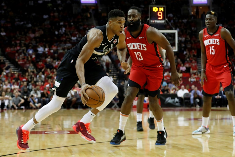 Giannis Antetokounmpo (g) des Milwaukee Bucks face aux Houston Rockets, en NBA, le 24 octobre 2019 à Houston