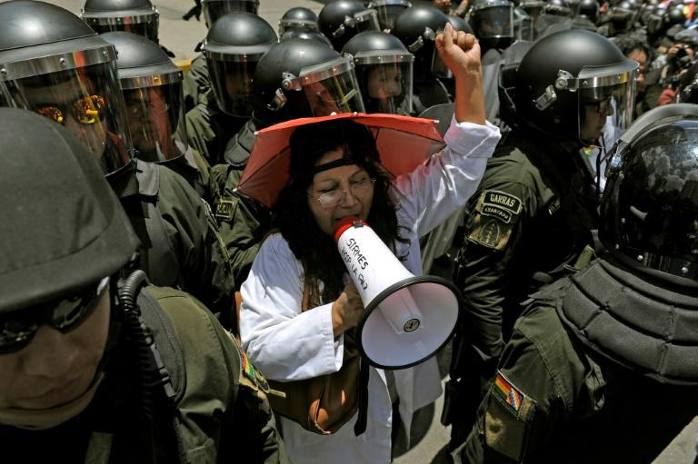 Manifestation de travailleurs de la santé devant l'hôtel où siège l'autorité électorale, à La Paz le 22 octobre 2019