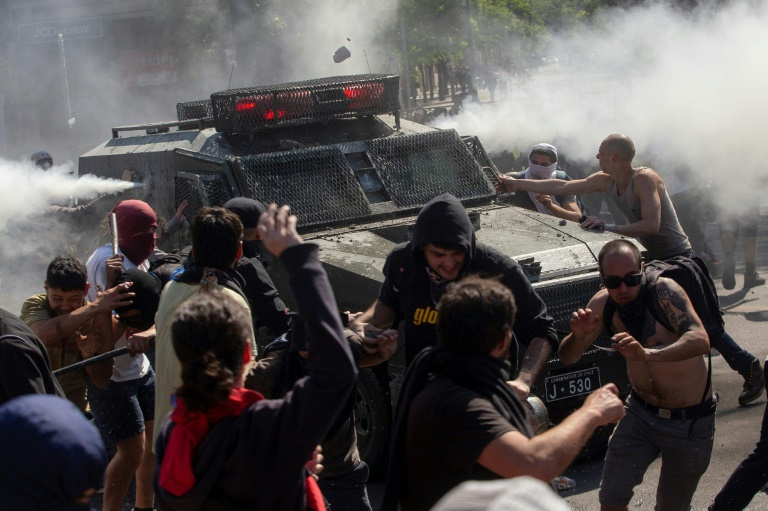 Heurts entre manifestants et police antiémeute, le 20 octobre 2019 à Santiago du Chili