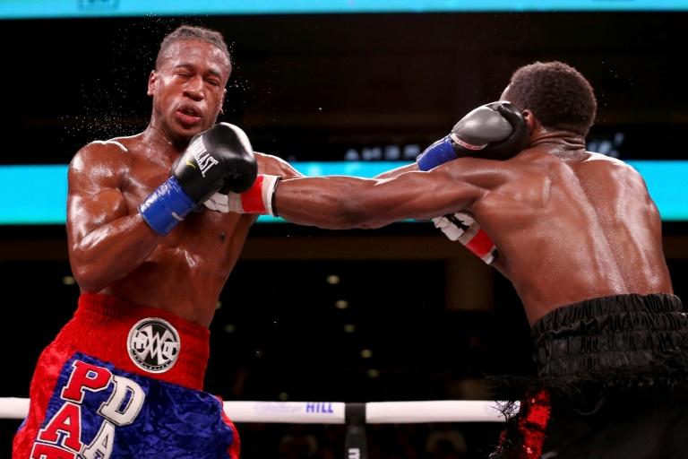 Le boxeur américain Patrick Day (g) face à son compatriote Charles Conwell lors d'un combat chez les super-welters, le 12 octobre 2019 à Chicago