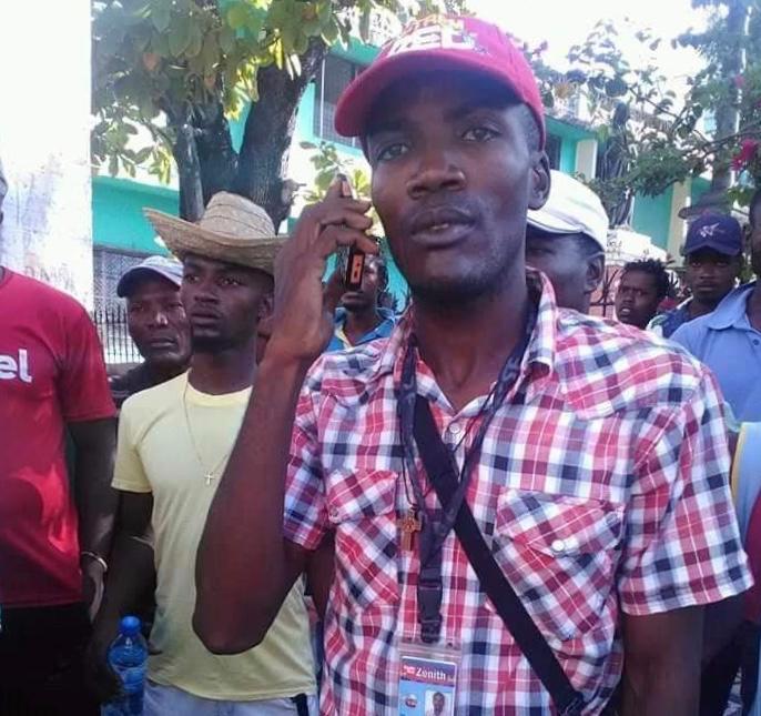 Sur la photo, le correspondant permanent de la Radio Zenith FM dans la ville des Cayes, Jacquelin François.