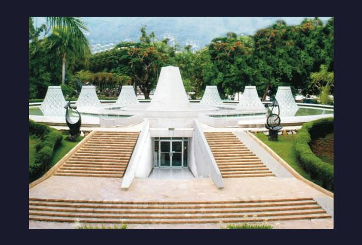 L'entrée du Mupanah, patrimoine national et historique situé au Champ de Mars.