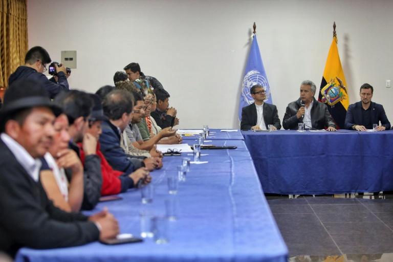 Le président équatorien Lenin Moreno (micro en main) s'adresse aux leaders indigènes à Quito, le 13 octobre 2019