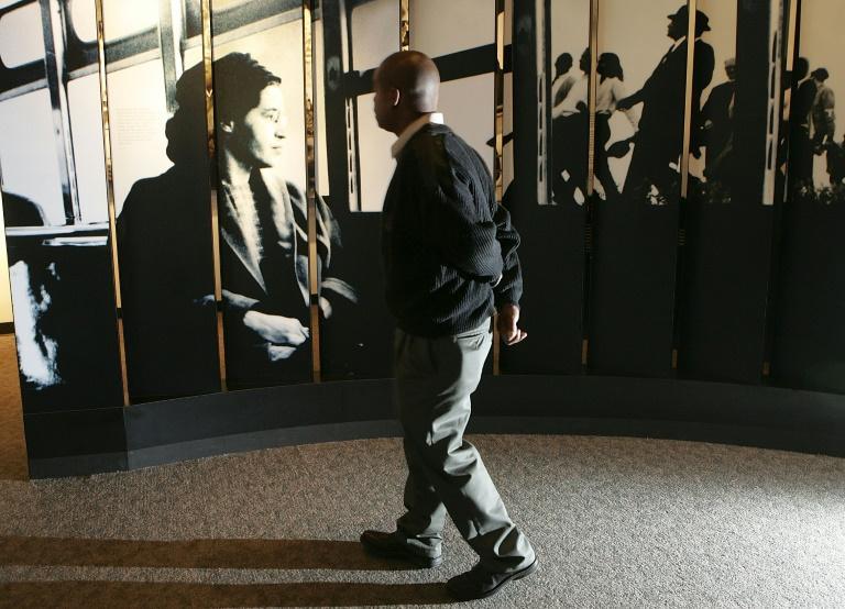 Un homme visite le musée Rosa Parks de Montgomery (Alabama), le 28 octobre 2005, quelques jours après la mort de la militante des droits civiques afp.com - Justin Sullivan