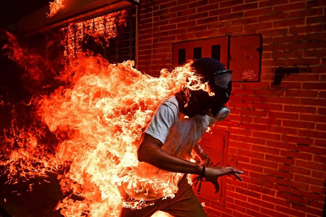 Un manifestant en feu lors d'une manifestation de l'opposition à Nicolas Maduro. Cette photographie a reçu le prix World Prize Photo of the year en 2018. (AFP / Ronaldo Schemidt)