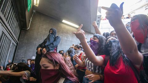 Des étudiants manifestent à l'entrée d'une station de métro, le 18 octobre 2019 à Santiago afp.com - CLAUDIO REYES
