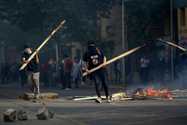Des manifestants affrontent des forces de l'ordre à Santiago du Chili le 19 ocotbre 2019