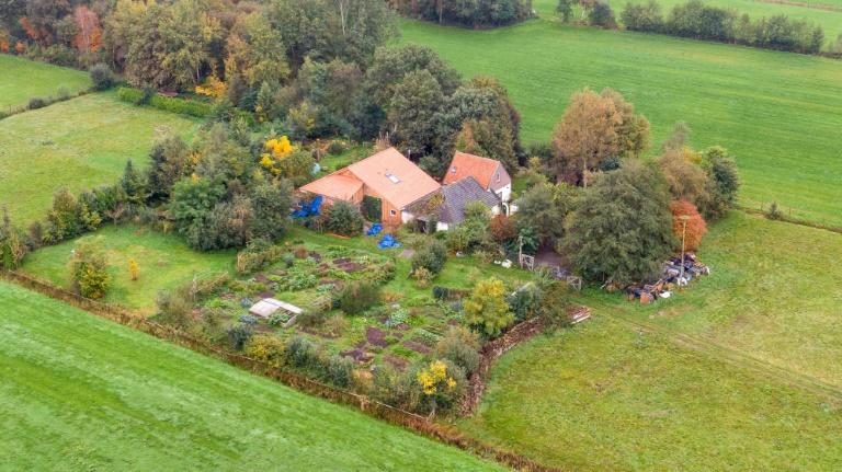 """Prise de vue aérienne d'une ferme dans le nord des Pays-Bas, le 15 octobre 2019, où a été retrouvée une famille qui vivait recluse depuis des années pour, selon un média, """"attendre la fin des temps"""""""