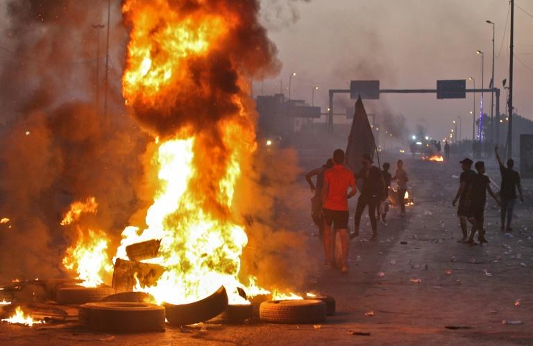Des manifestants brûlent des pneus à Bagdad le 5 octobre 2019