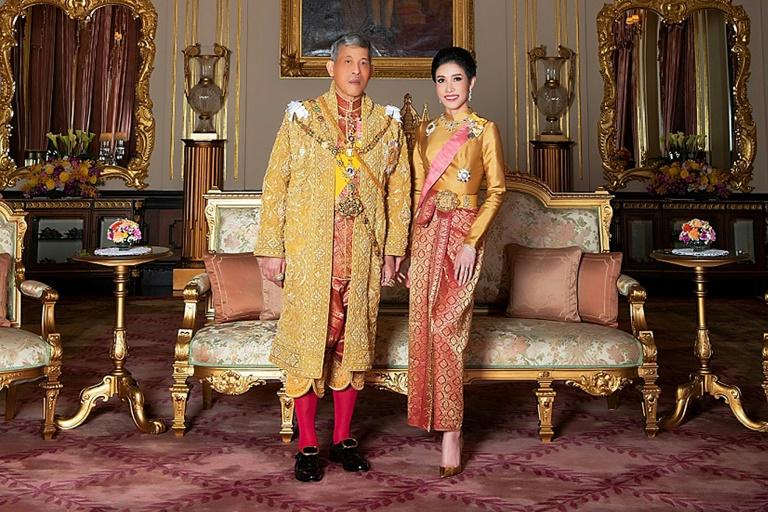 Le roi de Thaïlande Maha Vajiralongkorn et l'ex-concubine royale Sineenat Wongvajirapakdi, sur une photo diffusée par les services du roi le 26 août 2019. afp.com - Handout