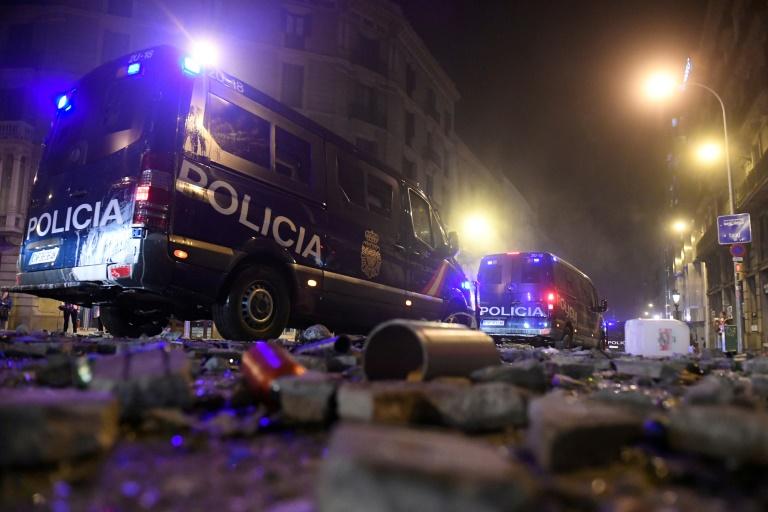 Des véhicules de police obligés de rouler sur des décombres jonchant les rues à Barcelone, le 18 octobre 2019