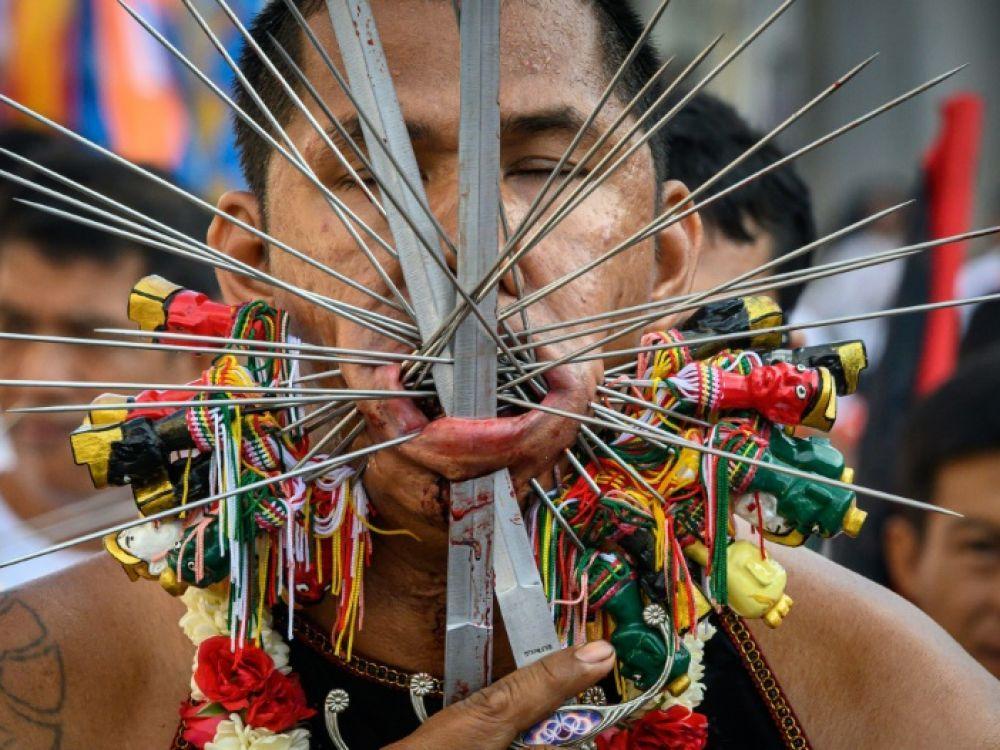 Un participant au festival végétarien de Phuket, le 3 octobre 2019, où les plus extrêmes se percent joues ou lèvres avec parfois de nombreux instruments tranchants pour se purifier afp.com - Mladen ANTONOV