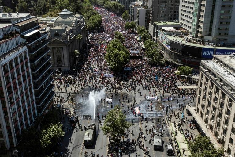 La police déploie un canon à eau contre des manifestants, à Santiago le 23 octobre 2019