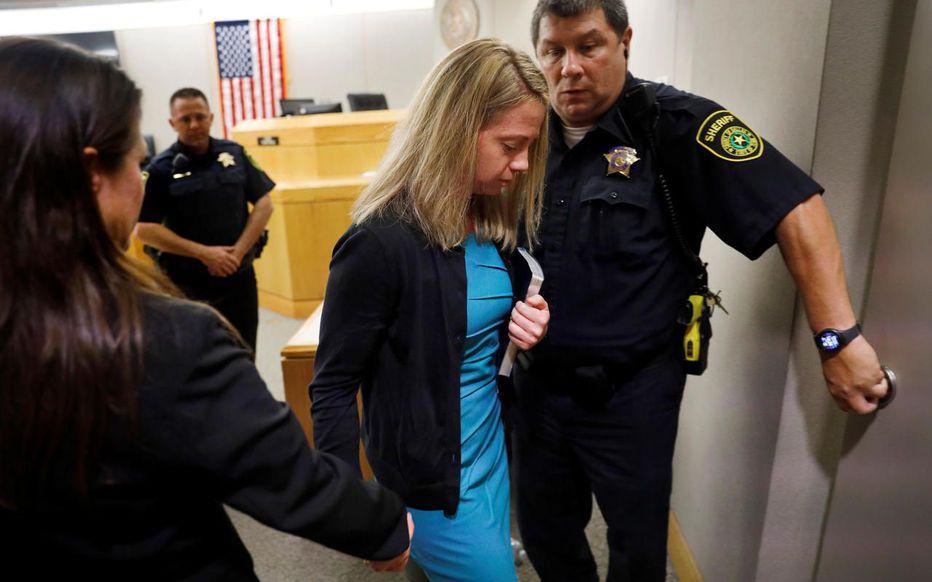 Une bible à la main, l'ex-policière quitte le tribunal après que sa peine a été prononcée.  REUTERS/Tom Fox