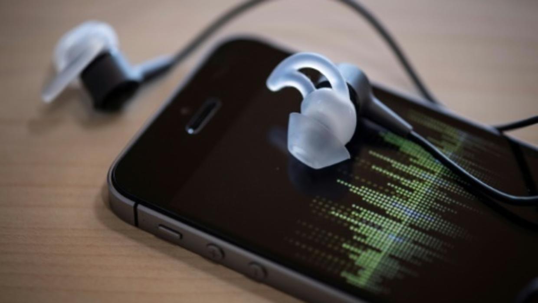 Portés près du corps, certains téléphones portables émettent trop d'ondes, selon l'Anses