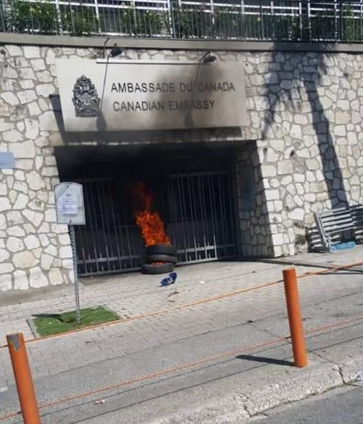 Photo montrant des pneus enflammés placés à l'entrée de l'ambassade du Canada à Delmas 75, dimanche 27 2019.